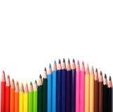Crayons multi de couleur sur le fond blanc Photo libre de droits