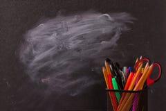 Crayons multicolores avec le tableau noir Photo libre de droits