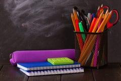Crayons multicolores avec le tableau noir Photo stock