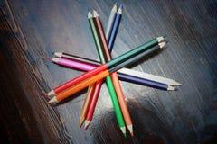 Crayons multicolores de vue supérieure photo stock
