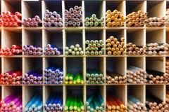 Crayons multicolores en plan rapproché de magasin d'art Photo stock