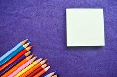Crayons multicolores, lumineux, colorés pour dessiner dans en bas à gauche le faisant le coin Images stock