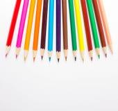 Crayons multicolores sur le fond blanc Photographie stock libre de droits