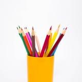 Crayons multicolores sur le fond blanc Images libres de droits