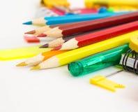 Crayons multicolores sur le fond blanc Image stock