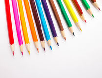Crayons multicolores sur le fond blanc Photos libres de droits