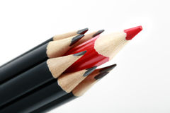 Crayons noirs avec rouges au milieu Photographie stock