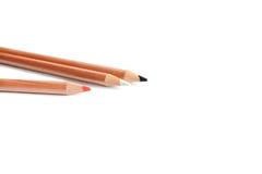 Crayons noirs, blancs et rouges à l'arrière-plan blanc Photographie stock