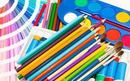 Crayons, peinture et nuancier de toutes les couleurs Photos stock