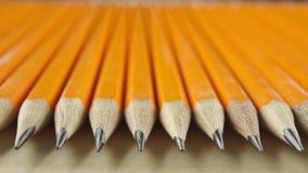 Crayons pointus identiques, vue de perspective Concept d'égalité, macro vidéo de chariot banque de vidéos