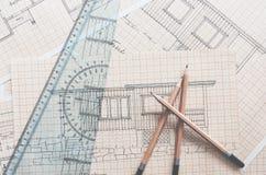 Crayons, r?gle et dessins de cabine sur la table photo libre de droits