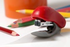Crayons rouges d'agrafeuse et de couleur Photographie stock
