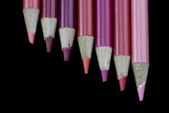 7 crayons rouges - fond noir Photo libre de droits