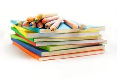 Crayons sur la surface de la pile de livres Photo libre de droits