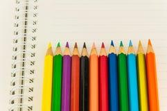 Crayons sur le carnet Photographie stock libre de droits