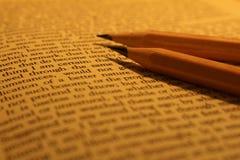 Crayons sur le livre Photos stock