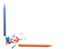 Crayons sur une feuille de papier blanche Images libres de droits