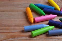 Crayons sur une table en bois Photos libres de droits
