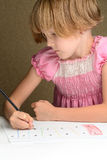 crayons tecknar flickan arkivbild