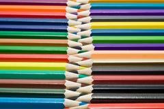Crayons vis-à-vis de l'un l'autre Image libre de droits