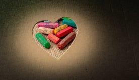Crayons vus par la forme de coeur images libres de droits