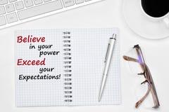 Crea en su poder exceden su texto de las expectativas en el cuaderno foto de archivo