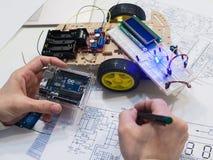 Creación de la robótica con el microcontrolador del uno del arduino Imagenes de archivo