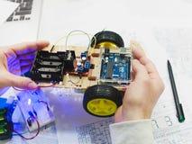 Creación de la robótica con el microcontrolador del uno del arduino Fotografía de archivo libre de regalías