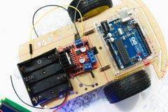 Creación de la robótica con el microcontrolador del uno del arduino Foto de archivo libre de regalías