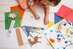 Creación de las tarjetas de Navidad Niño artístico imágenes de archivo libres de regalías