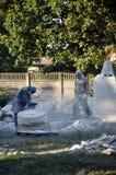 Creación de monumentos escultores que crean esculturas fotos de archivo libres de regalías
