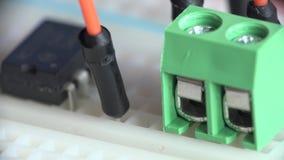 Creación de un prototipo y diseño de la electrónica Circuito de junta en la tabla de cortar el pan Macro 4K UltraHD, UHD almacen de video