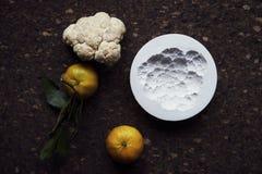 Creación de una impresión en el yeso, la creatividad del arte aplicado, las verduras estacionales y las frutas, estilo de Provenc imágenes de archivo libres de regalías