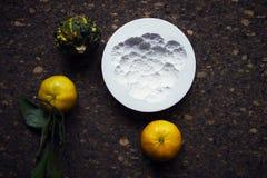 Creación de una impresión en el yeso, la creatividad del arte aplicado, las verduras estacionales y las frutas, estilo de Provenc foto de archivo libre de regalías