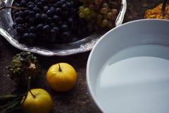 Creación de una impresión en el yeso, la creatividad del arte aplicado, las verduras estacionales y las frutas, estilo de Provenc fotografía de archivo