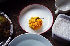 Creación de una impresión en el yeso, la creatividad del arte aplicado, las verduras estacionales y las frutas, estilo de Provenc foto de archivo