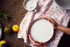 Creación de una impresión en el yeso, la creatividad del arte aplicado, las verduras estacionales y las frutas, estilo de Provenc fotos de archivo libres de regalías