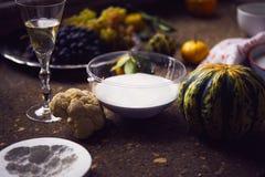Creación de una impresión en el yeso, la creatividad del arte aplicado, las verduras estacionales y las frutas, estilo de Provenc fotografía de archivo libre de regalías