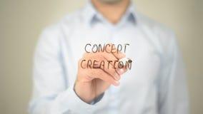 Creación del concepto, escritura del hombre en la pantalla transparente imagen de archivo libre de regalías