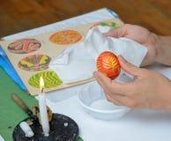Creación del huevo de Pascua ucraniano Foto de archivo