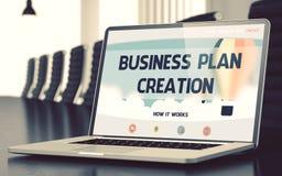 Creación del plan empresarial en el ordenador portátil en la sala de conferencias 3d Imagen de archivo