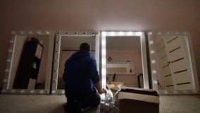 Creación y reparación de los espejos del maquillaje El individuo está reparando sus espejos Tiroteo acelerado almacen de video
