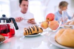 cream блинчики утра еды варенья прокишут Старший человек и женщина имея завтрак Стоковая Фотография