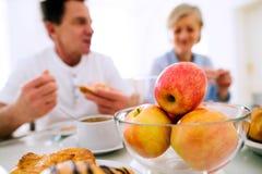 cream блинчики утра еды варенья прокишут Старший человек и женщина имея завтрак Стоковое Изображение RF