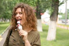 cream детеныши женщины льда еды Стоковые Фотографии RF