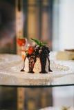Cream десерт с свежими ягодами и вареньем на плите Стоковое Изображение RF