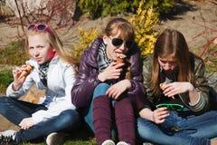cream есть девушки морозят подростковое Стоковые Изображения