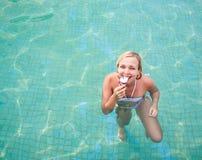 cream есть счастливая женщина льда Стоковое Фото