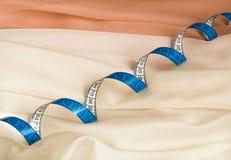 Закройте вверх голубой переплетенной рулетки на сливк и бежевой ткани с волнистостью стоковое фото rf