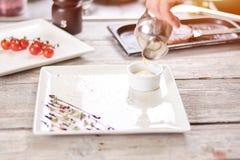 Cream лить в блюде фарфора Стоковые Фото
